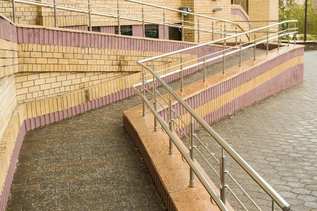 Rampa para el movimiento de usuarios de sillas de ruedas en la entrada del edificio.