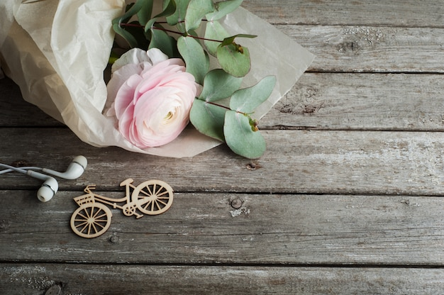 Ranúnculo rosa, auriculares, bicicleta