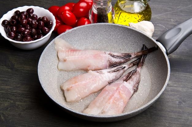 Rape de pescado fresco con ingredientes