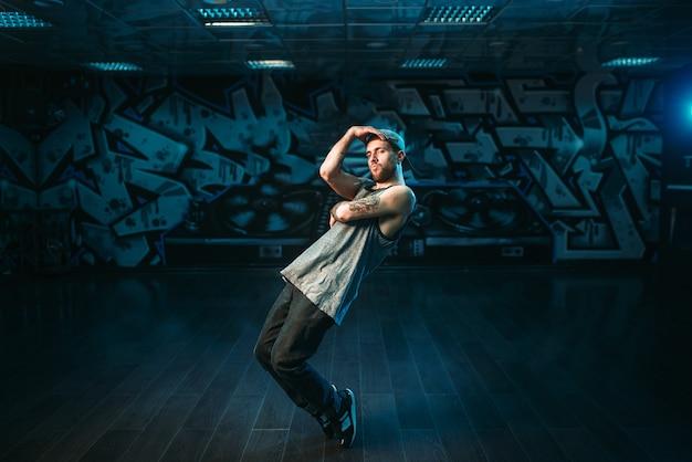 Rapero masculino en estudio de danza, artista de rap. estilo de baile urbano moderno
