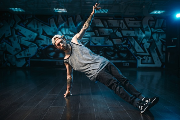 Rapero masculino en estudio de danza, estilo de vida moderno