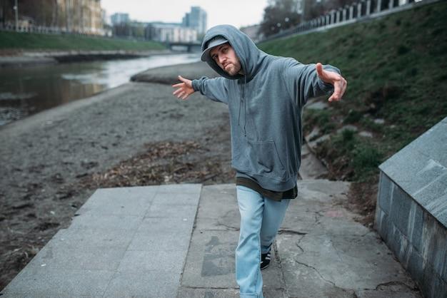 Rapero masculino posando en la calle, baile urbano. estilo de baile moderno