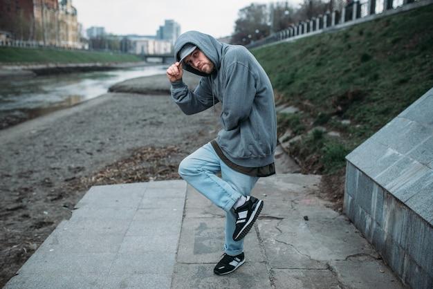 Rapero masculino posando en la calle, baile urbano
