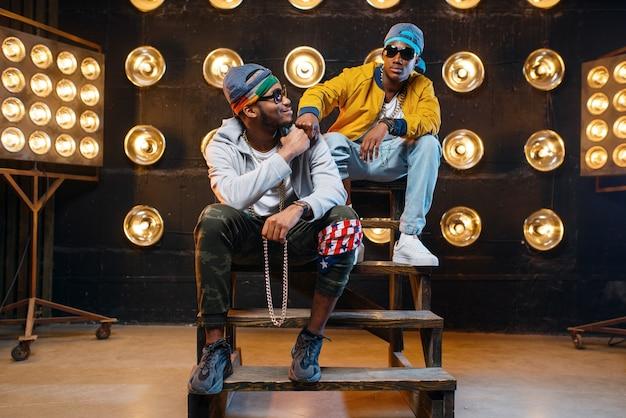 Raperos negros con gafas de sol, actuación en el escenario