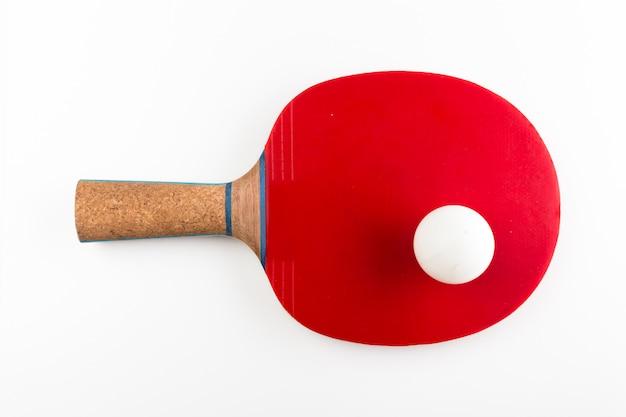 Raqueta y bola de tenis de mesa en un fondo blanco