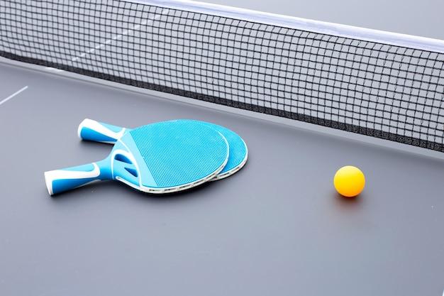 Raqueta, pelota y red de equipos de tenis de mesa