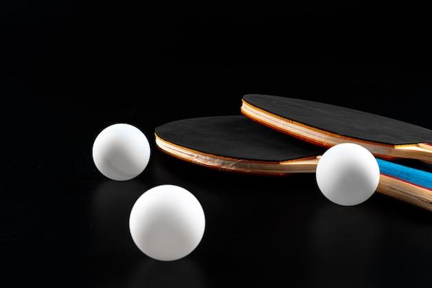 Raqueta de ping pong rojo sobre fondo oscuro. equipo deportivo