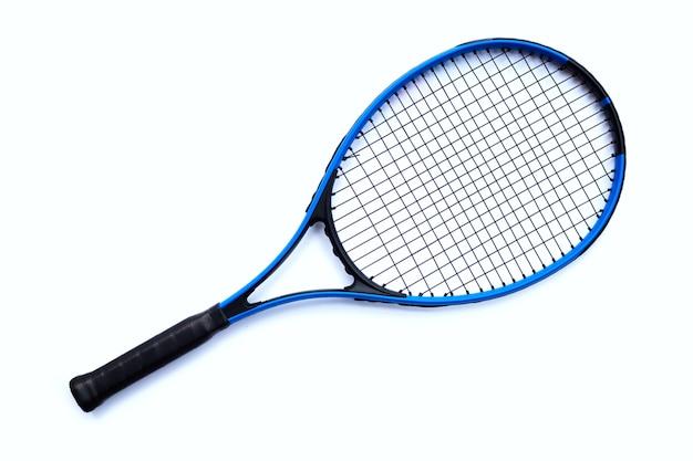 Raqueta de tenis aislada sobre superficie blanca