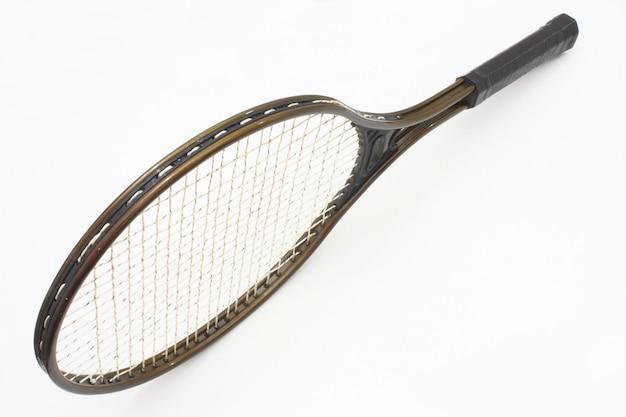Raqueta de tenis de color marrón sobre un espacio blanco.