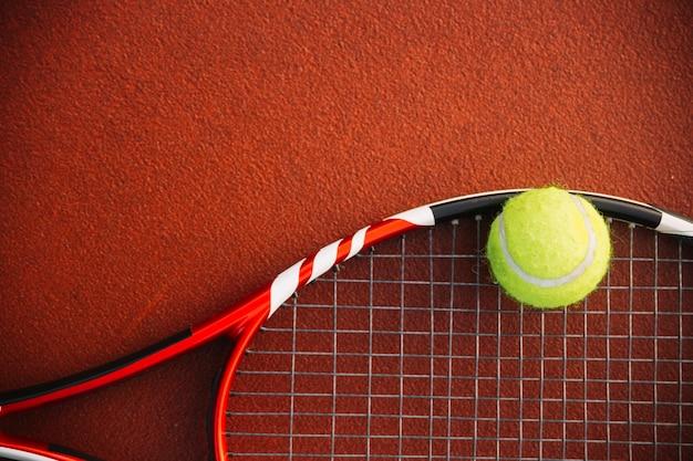 Raqueta de tenis con una pelota de tenis