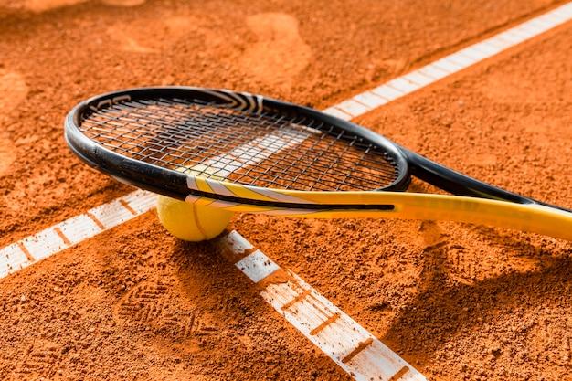Raqueta de tenis en pelota