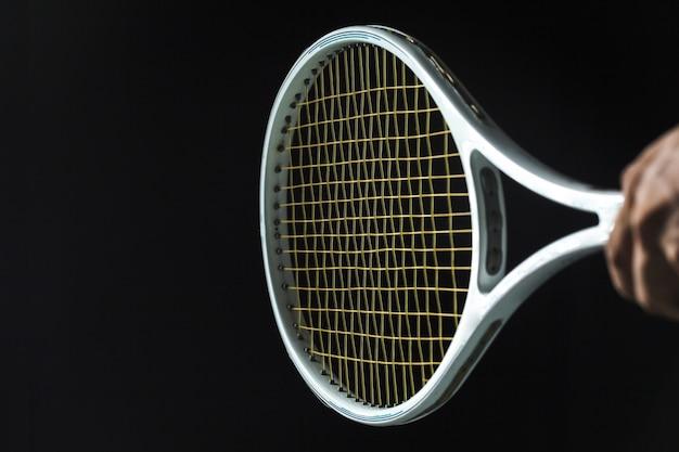 Raqueta de tenis sobre fondo negro