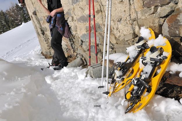 Raquetas de nieve y excursionista