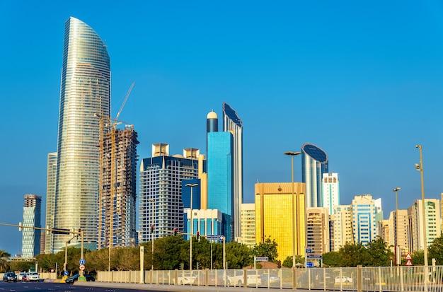 Rascacielos en abu dhabi, la capital de los emiratos