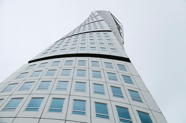 Rascacielos alto moderno desde abajo