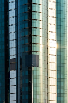 Rascacielos altos y coloridos con un hermoso cielo azul de fondo.