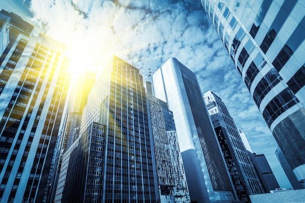 Desde un rascacielos de ángulo bajo en las ciudades chinas modernas