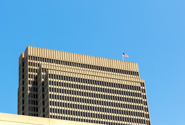 Rascacielos con bandera estadounidense en el techo