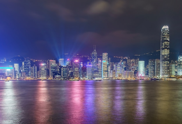 Rascacielos céntricos del paisaje urbano del horizonte de hong kong sobre victoria harbor por la tarde. hong kong, china
