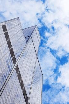 Rascacielos en chicago con una plataforma de observación en días nublados