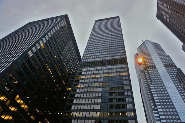 Rascacielos de chicago vistos desde el suelo en la noche de un día nublado