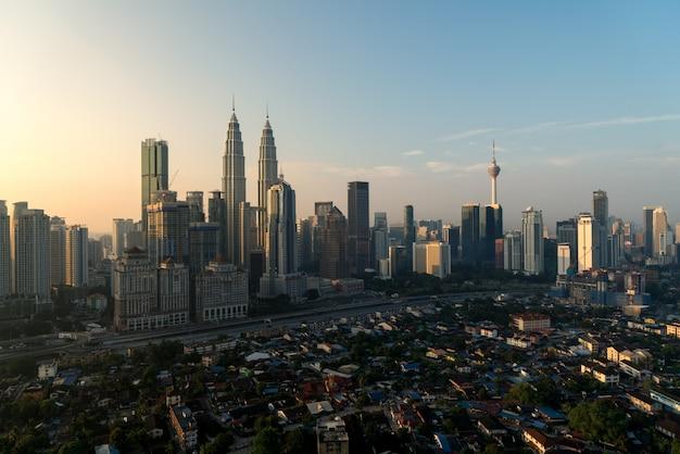 Rascacielos de la ciudad de kuala lumpur en el centro de kuala lumpur, malasia