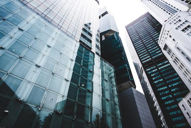 Rascacielos comunes y modernos de negocios, edificios de gran altura, arquitectura que sube al cielo, concepts