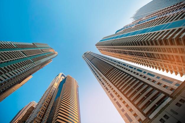 Rascacielos contra el cielo