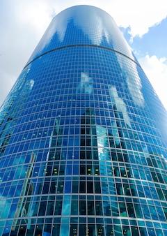 Rascacielos de cristal en el centro de la ciudad, edificios modernos,