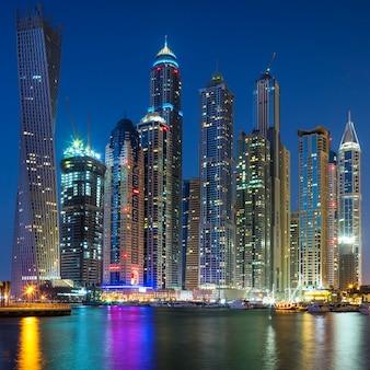 Rascacielos de dubai marina capturados en la oscuridad.