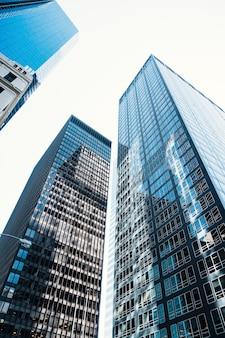 Rascacielos con fachada de cristal.