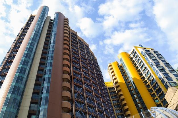 Rascacielos de gran altura coloreados