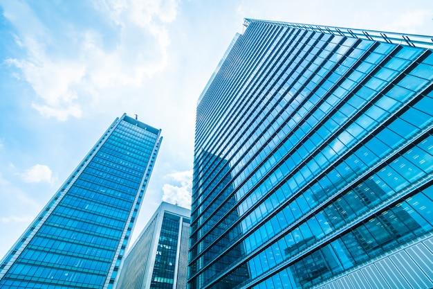 Rascacielos hermoso del edificio de oficinas de la arquitectura con el modelo del vidrio de la ventana