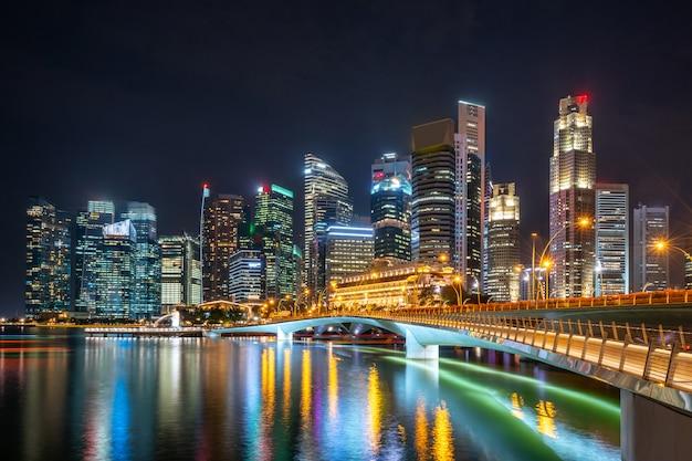 Rascacielos iluminados por la noche
