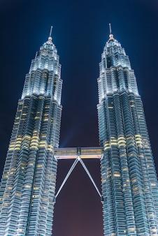Rascacielos de kuala lumpur en el crepúsculo en malasia