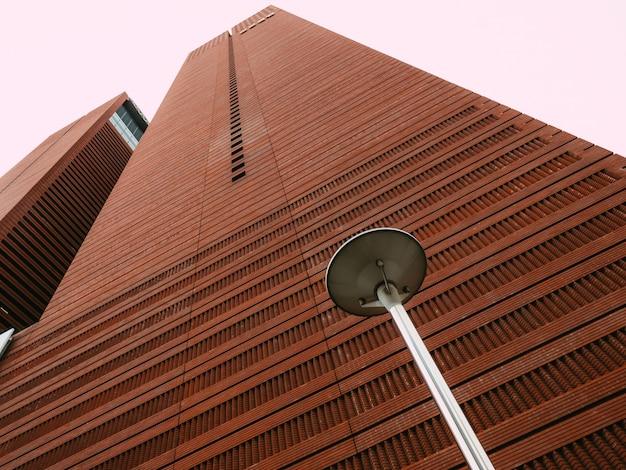 Rascacielos marrón con farol callejero