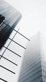 Rascacielos moderno con una antena de metal por adelantado