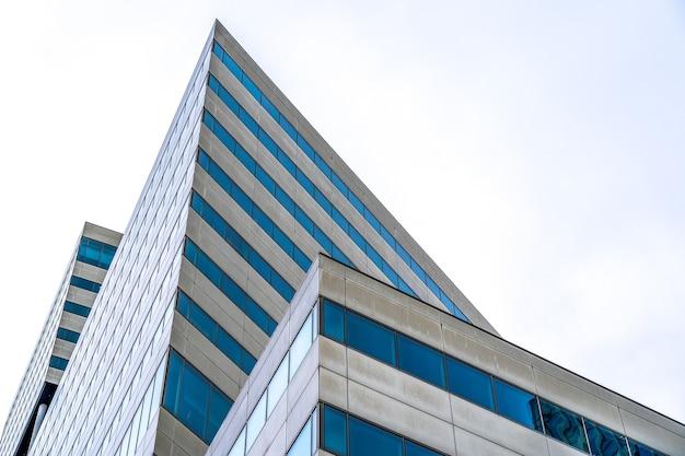 Rascacielos moderno con muchas ventanas durante el día.
