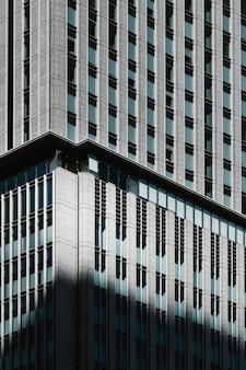 Rascacielos modernos con ventanas