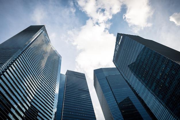 Rascacielos de negocios modernos comunes, edificios de gran altura, arquitectura levantando al cielo, sol. conce