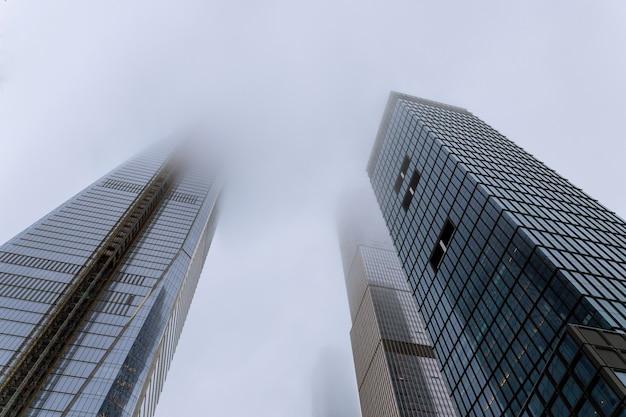 Rascacielos en la niebla en nueva york, estados unidos