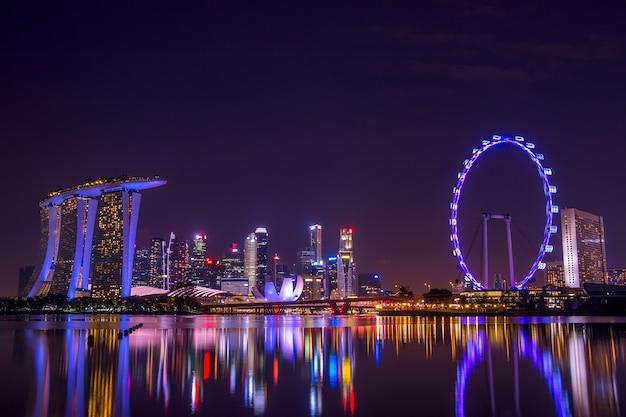 Rascacielos y principales lugares de exposición con luces nocturnas