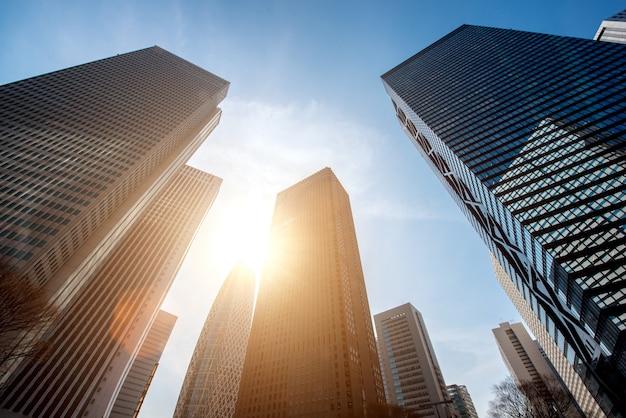 Rascacielos de tokio y edificios de gran altura y cielo azul - shinjuku, tokio, japón