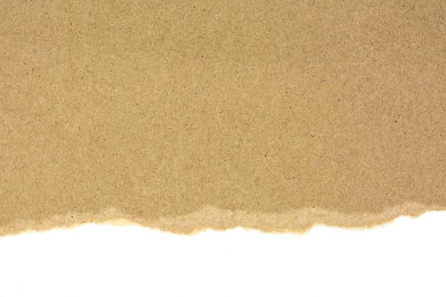 Rasgado en un papel reciclado marrón aislado sobre fondo blanco