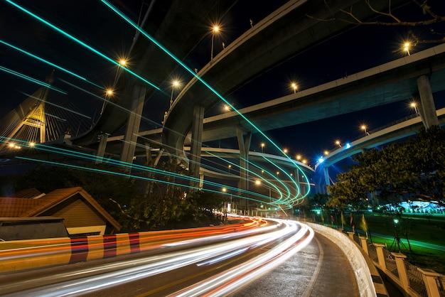 Rastro de la luz del coche en la calle local debajo del puente de bhumibol en bangkok, tailandia.
