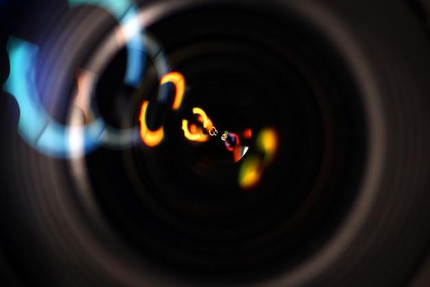 Rastros de luz en una lente de cámara