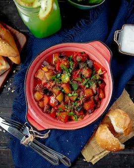 Ratatouille berenjena patata carne tomate vista superior