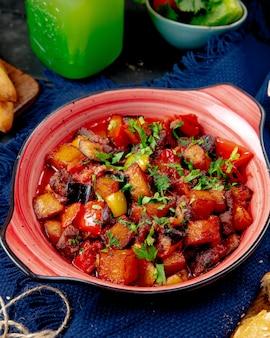 Ratatouille pimiento carne berenjena tomate patata vista lateral