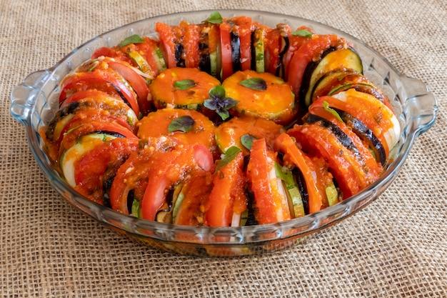 Ratatouille, con rodajas de tomate, calabacín y cebolla