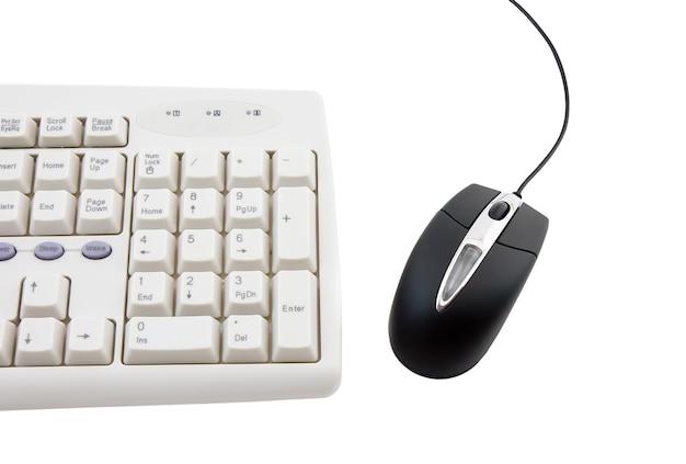 Ratón de computadora negro y parte del teclado sobre fondo blanco. aislado.